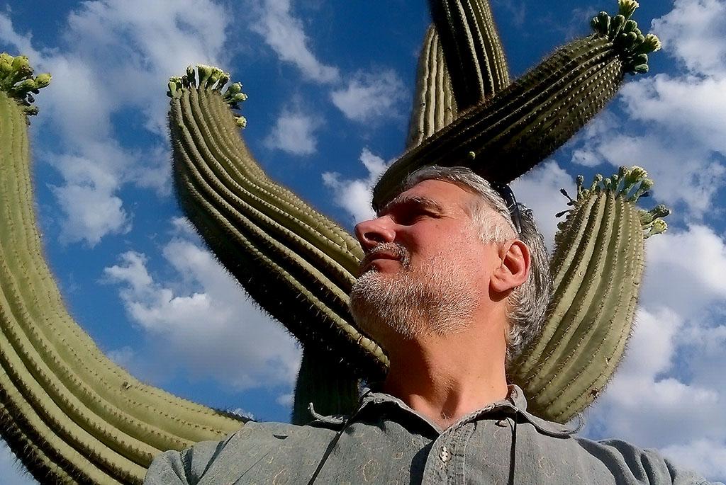 Пред огромен кактус в Аризона